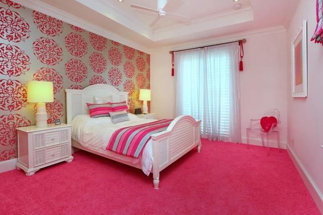 комната с ярким розовым ковролином