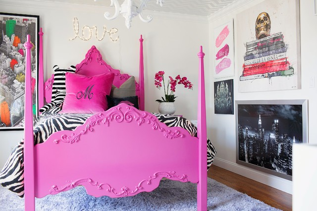 розовая рамка у кровати
