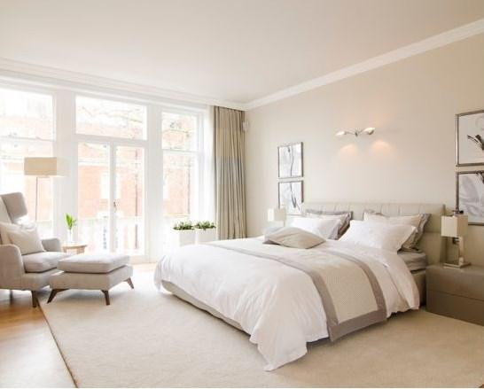 привлекательная и современная спальня