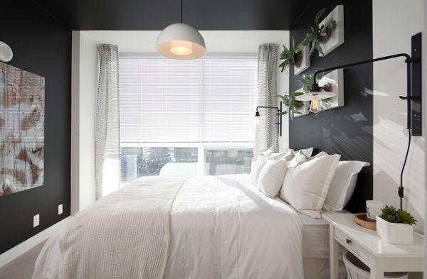 акцентирующий белым цвет спальни