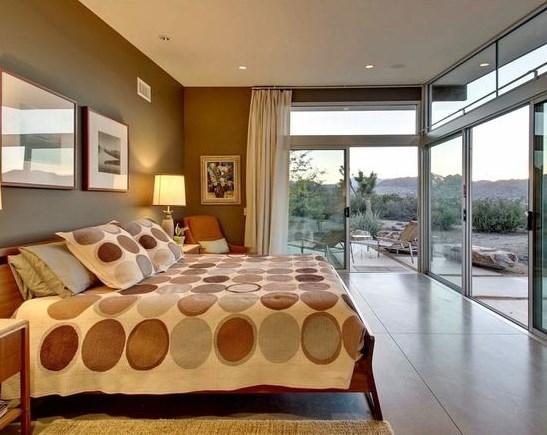 спальня с лоджией или балконом