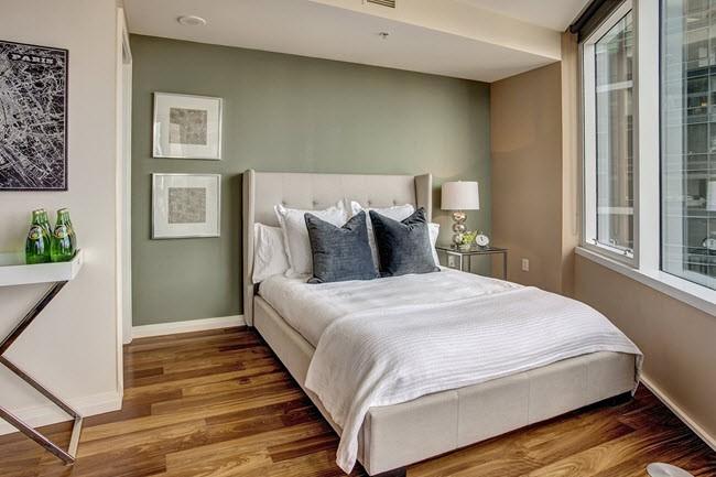 кровать у стены спальня