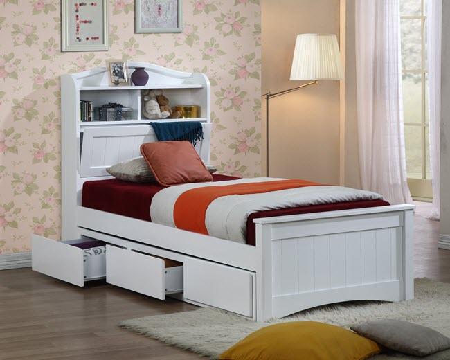 односпальная кровать в спальне
