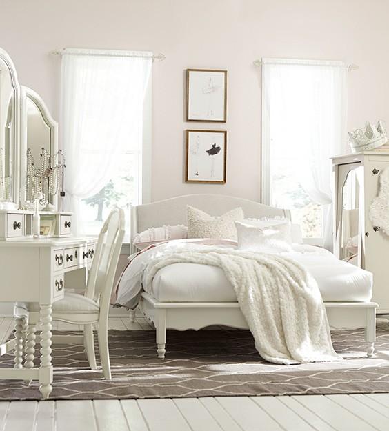 Полностью белая детская спальня