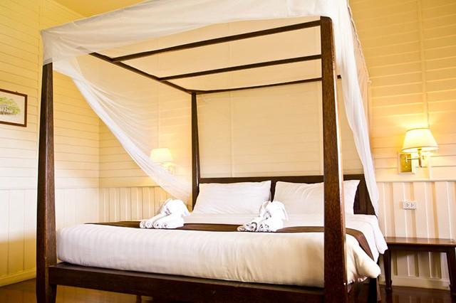 Кровать с деревянным каркасом