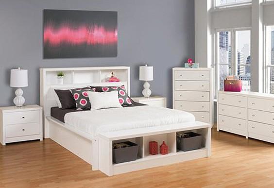 Белый и серый цвета представляют собой отличную комбинацию, которая хорошо сочетается с акцентирующим ярким цветом. Поскольку оба цвета нейтральны, смелость акцентирующего цвета может действительно выделяться и сделать комнату более насыщенной. В этой спальне акцентирующие подушки и картина на стене выделяются на нейтральном фоне, делая пространство привлекательным и забавным.