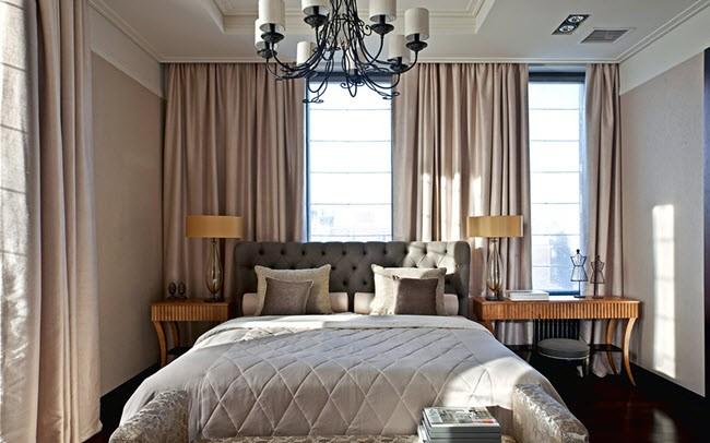 размещения кровати у окна в спальне