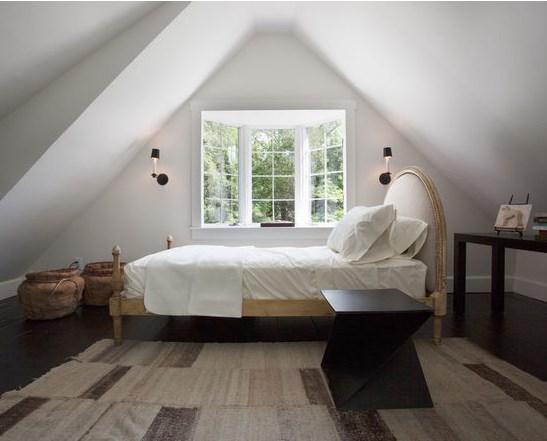 Кровать надо ставить изголовьем к стене