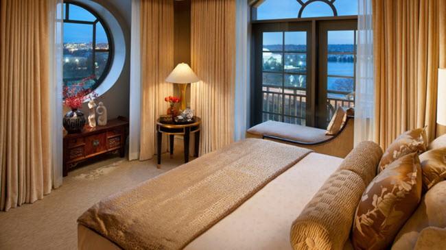 Спальня с двумя окнами на одной и разных стенах. 30 фото дизайна