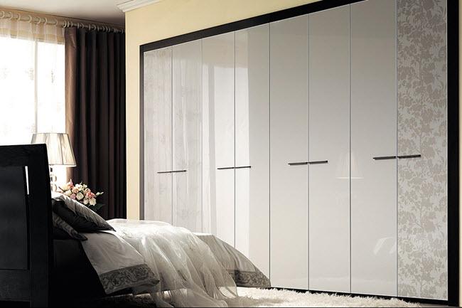 шкаф с монохромным оформлением