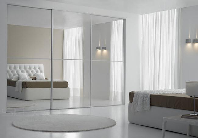 белоснежный шкаф с зеркальной поверхность