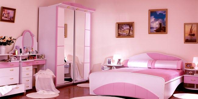 дизайн спальни со столиком и зеркалом