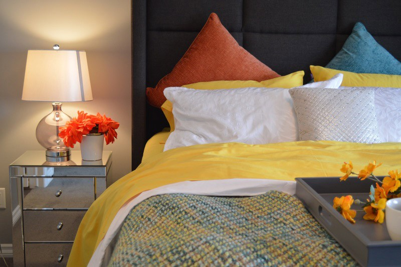 текстиль для желтой спальни