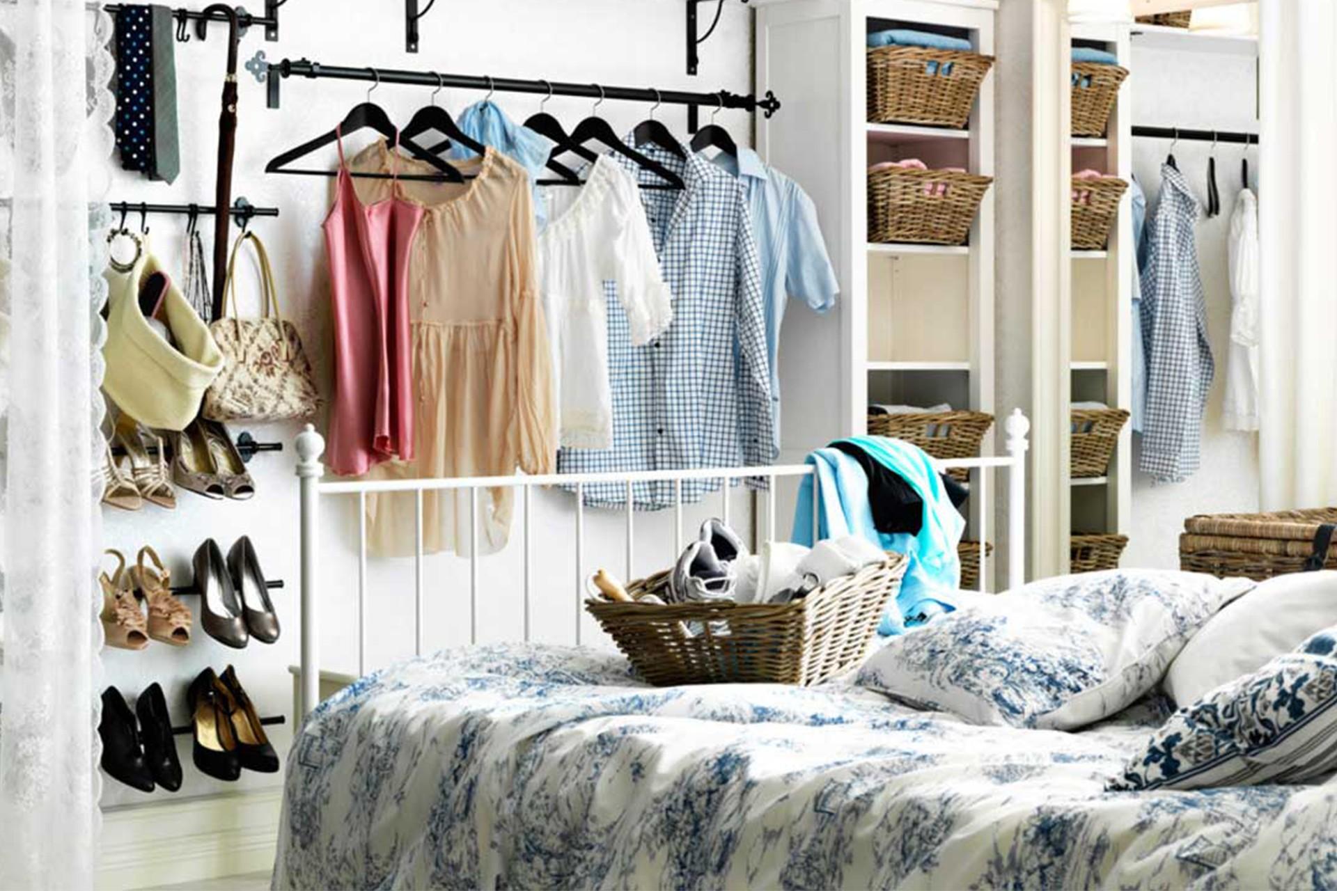 открытая вешалка для одежды в спальне