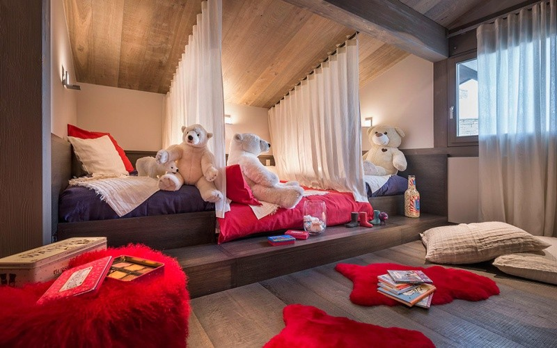 кровать в детской спальне