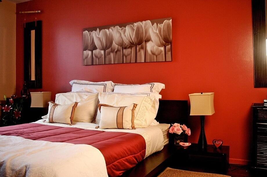 Цветные стены в интерьере спальни